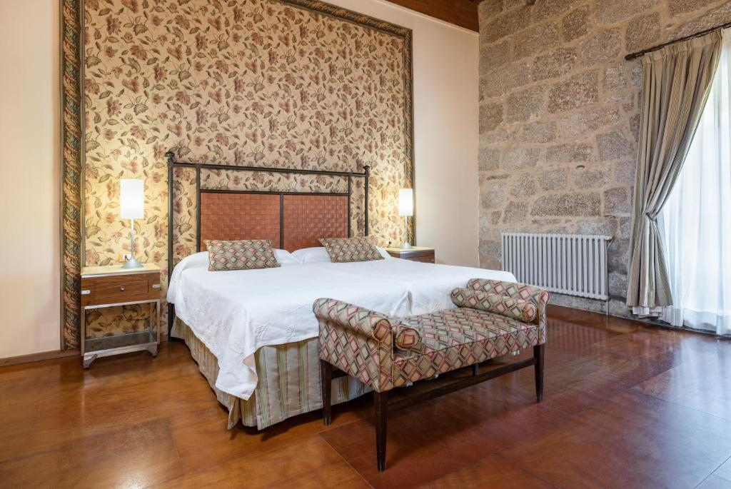 A bed or beds in a room at ​Eurostars Monumento Monasterio de San Clodio Hotel & Spa