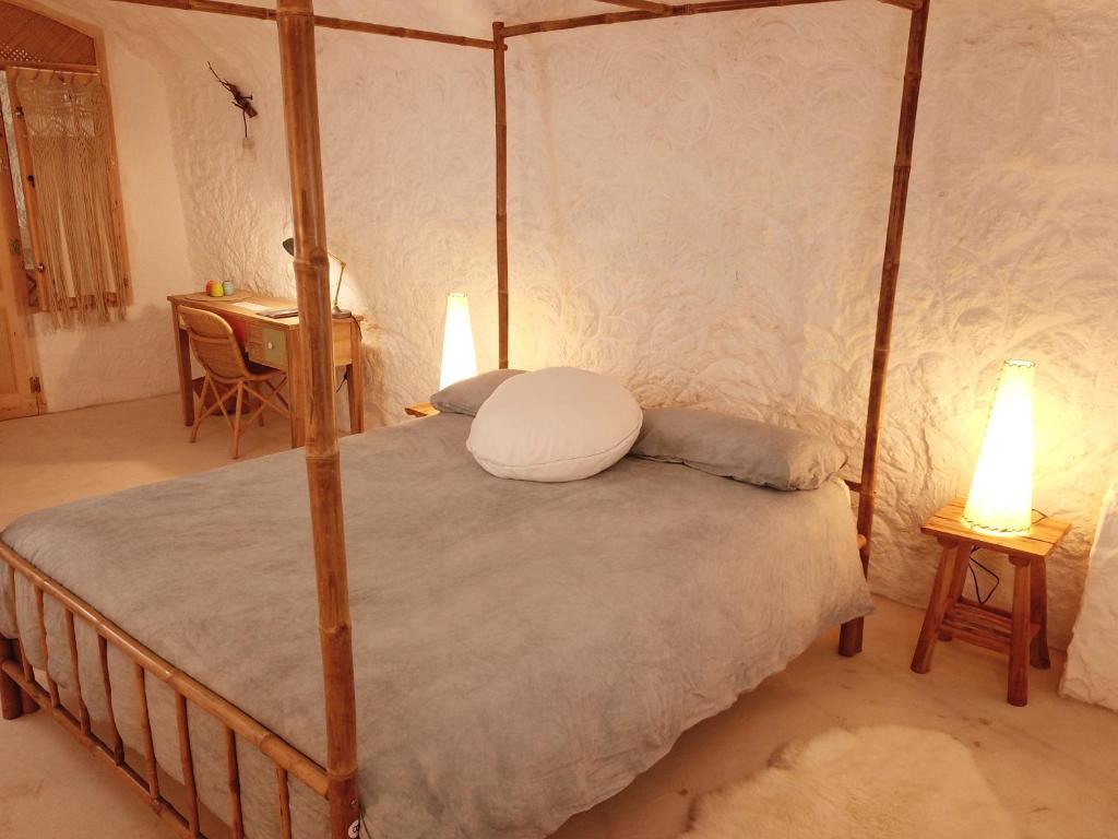 A bed or beds in a room at Cuevas de la Luz
