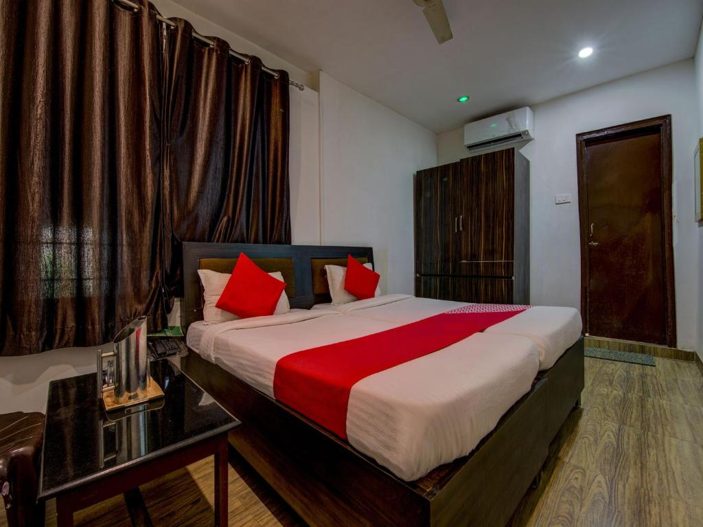 A bed or beds in a room at OYO 8976 Hotel Park Street 2