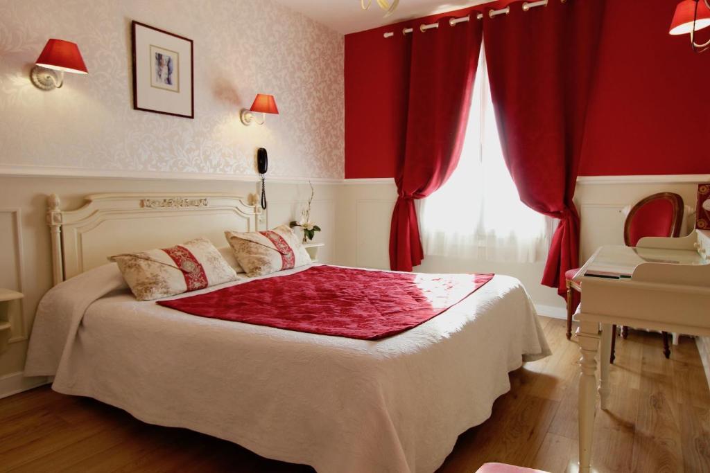 Ένα ή περισσότερα κρεβάτια σε δωμάτιο στο Hôtel Chopin