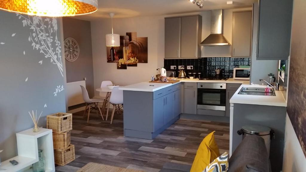 A kitchen or kitchenette at New Contemporary Flat minutes from Airport & NEC