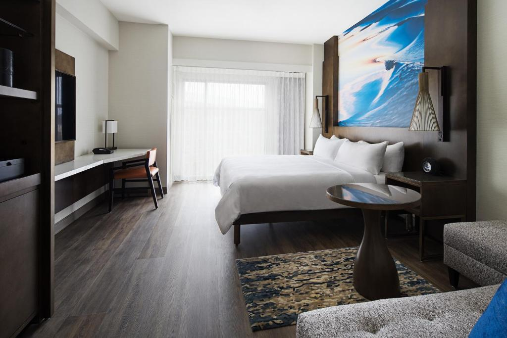 A bed or beds in a room at San Diego Marriott Del Mar