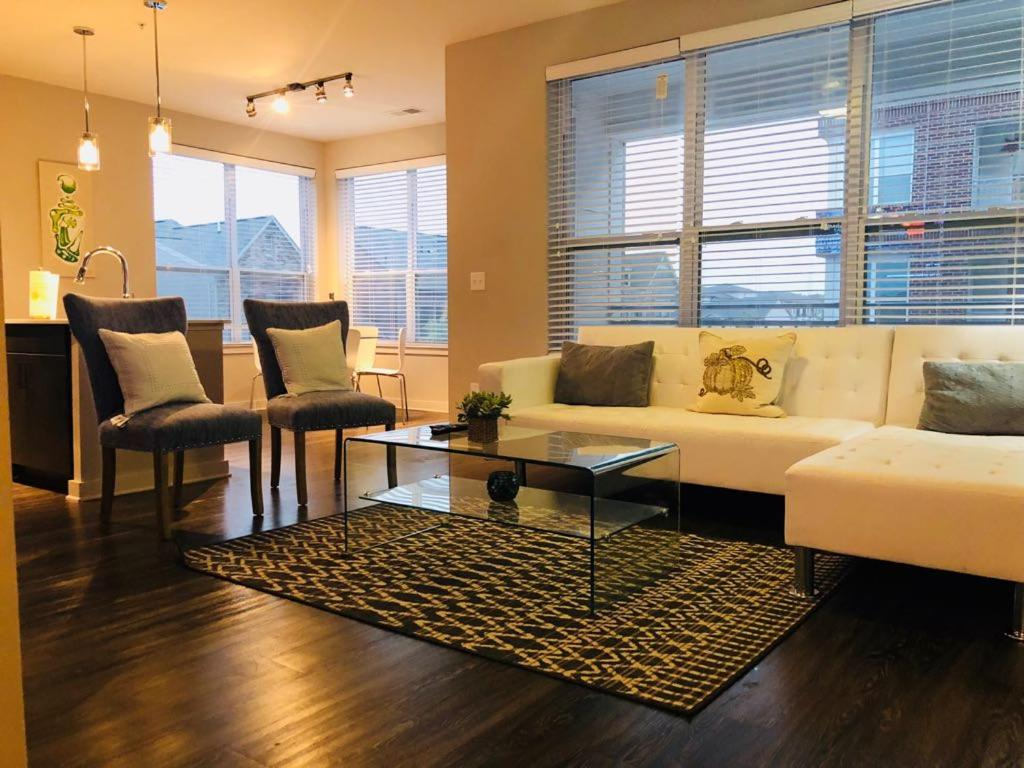 A seating area at Luxury/Elegant 2 B/room Condo in Heart of Buckhead