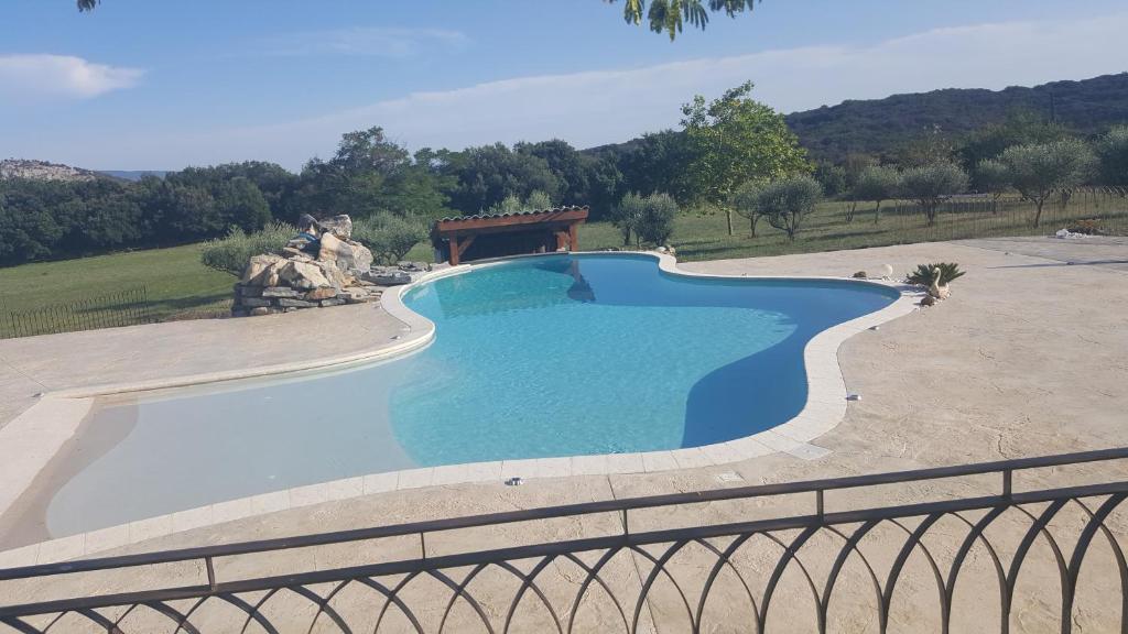 Uitzicht op het zwembad bij Gîte - Le Mas De Louise of in de buurt