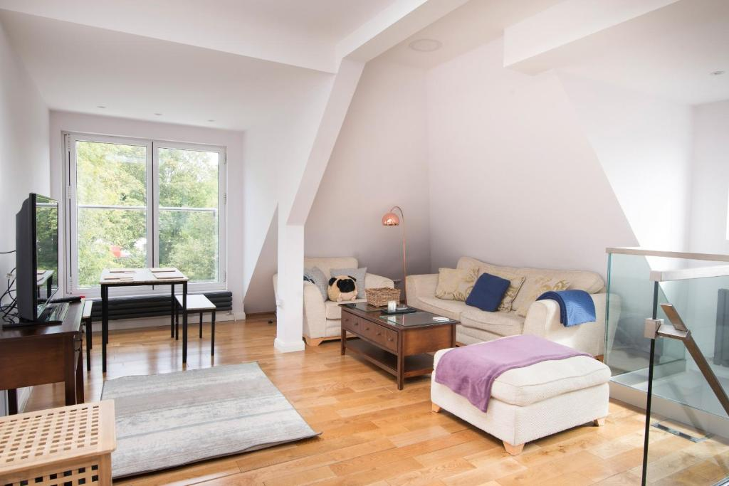A seating area at Bright 1 Bedroom Apartment in Kilburn