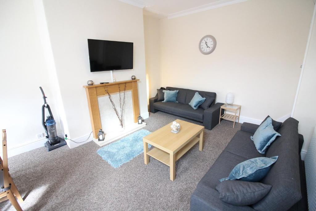 A seating area at 2 Bed House in Leeds