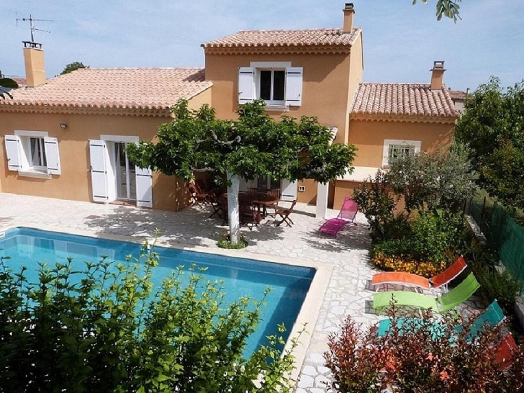 The swimming pool at or near Maison Provençale : 239 Route de Pernes