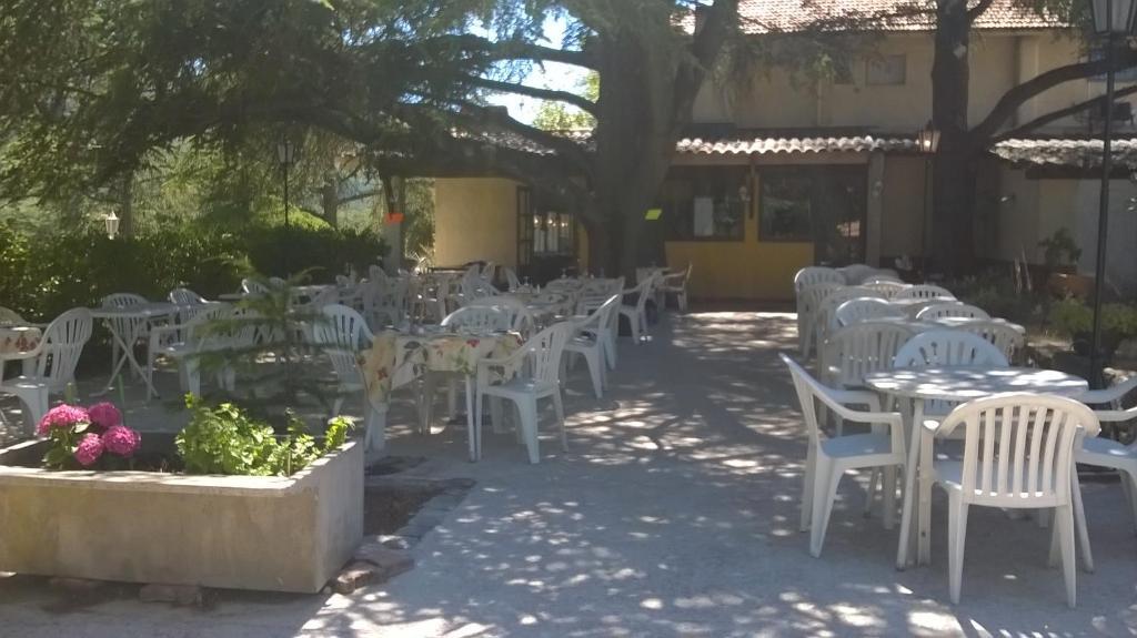 Restaurant ou autre lieu de restauration dans l'établissement Les cèdres