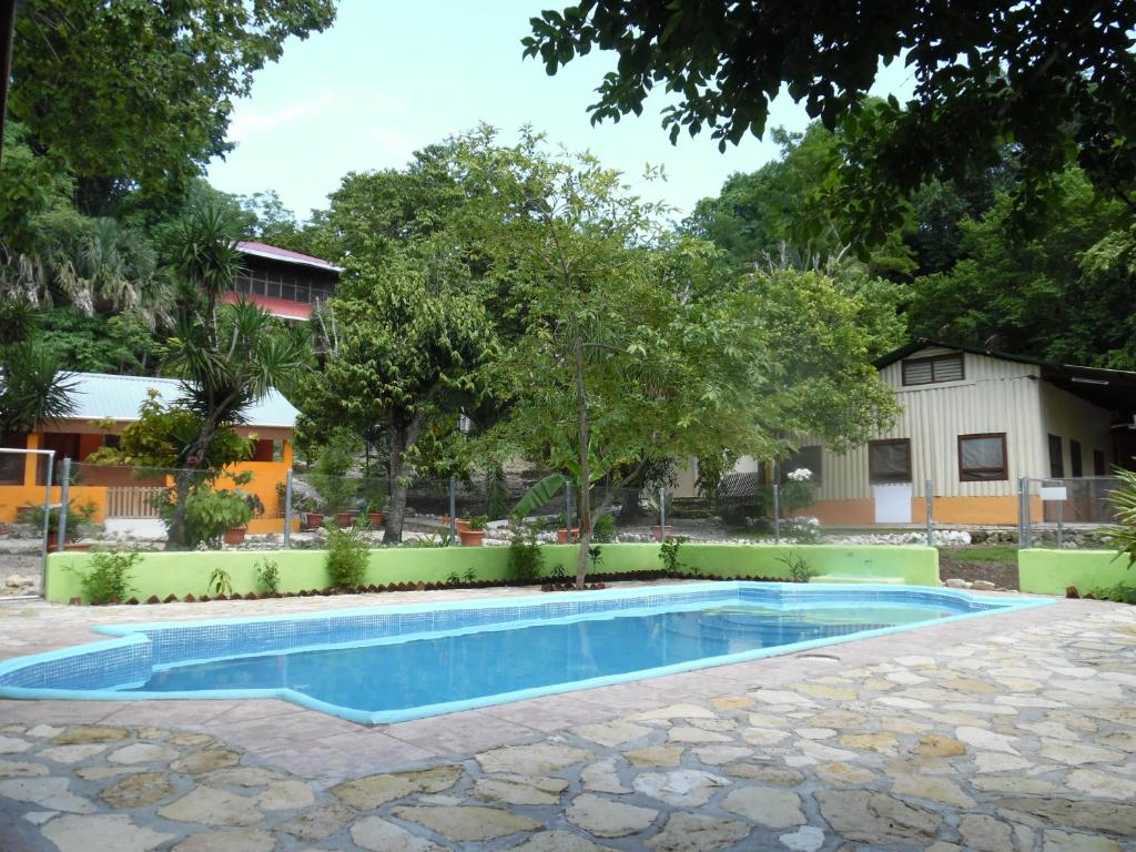 The swimming pool at or close to Hotel Campamento Ecológico El Sotz'