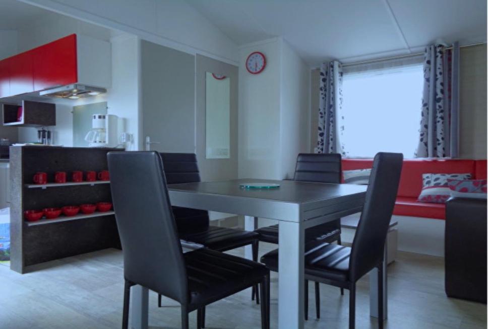 Restaurant ou autre lieu de restauration dans l'établissement Charmant Mobile-Home PRL
