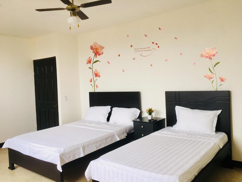 A bed or beds in a room at La Fortuna Roja