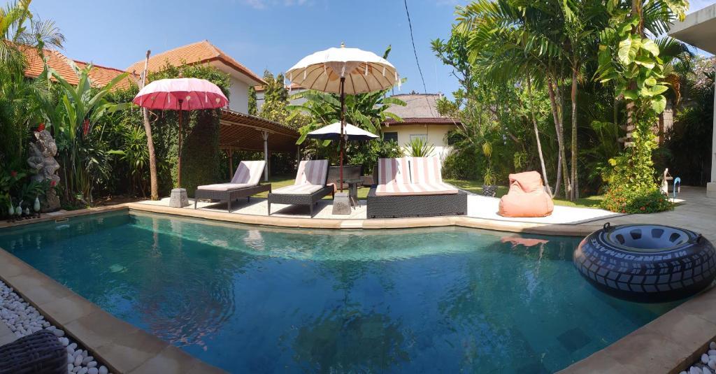 The swimming pool at or close to Villa Ayuni