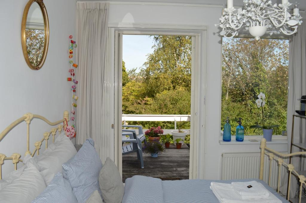 A seating area at Bed & Breakfast Jo Amsterdam