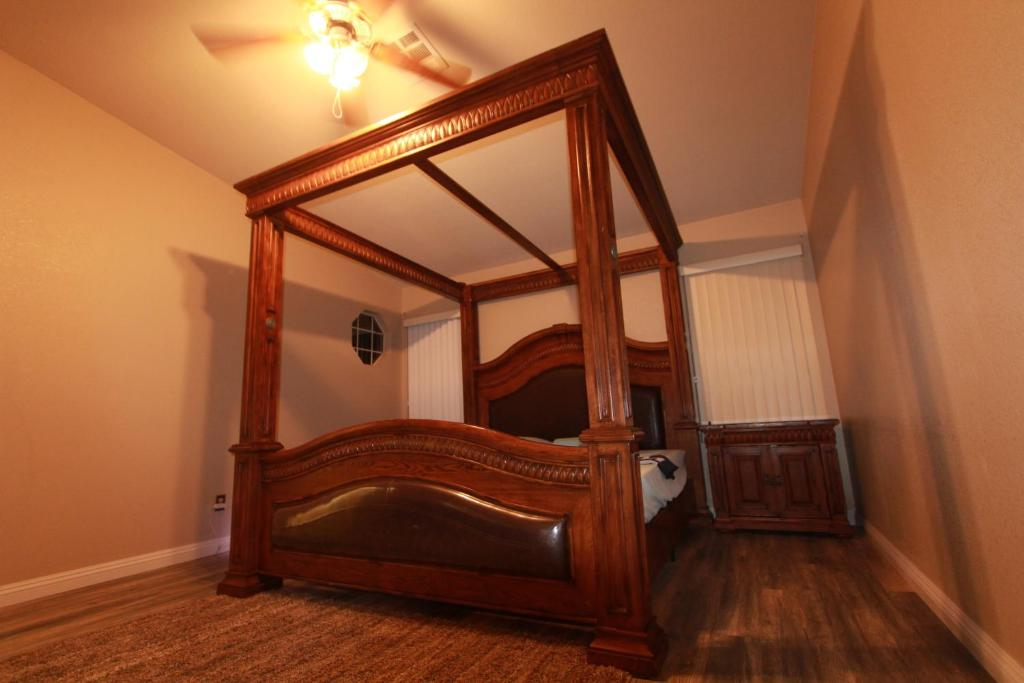 A bed or beds in a room at 2 mil to Boca Park - King's Ornate Canopy Bed