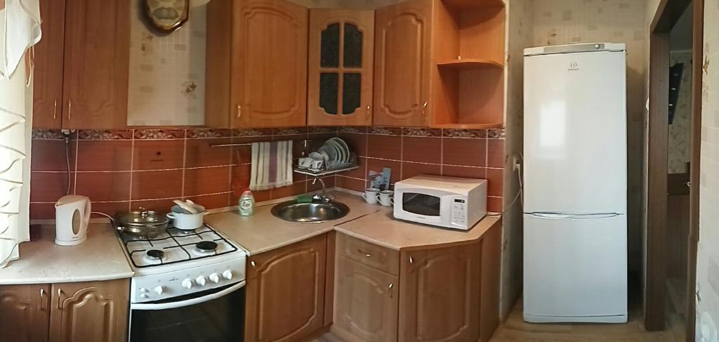 Кухня или мини-кухня в Apartment on Pobedy 41