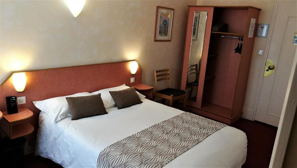 Un ou plusieurs lits dans un hébergement de l'établissement Nouvel Hotel