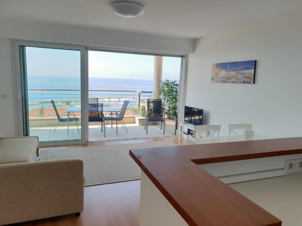 the blue house, lovely apartment in the côte d'azur for 6 people
