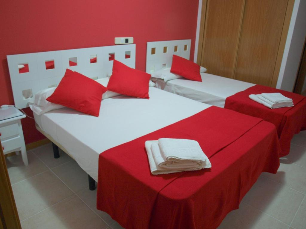 A bed or beds in a room at Hostal El Parque