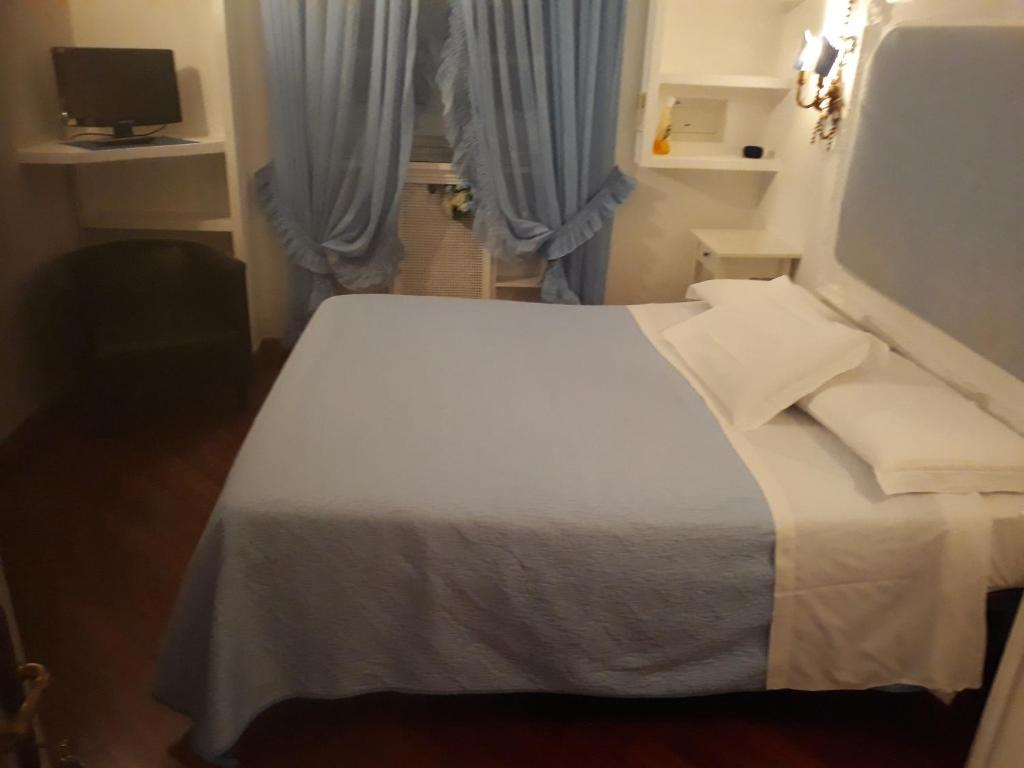 A bed or beds in a room at Accommodation Roma Imperiale