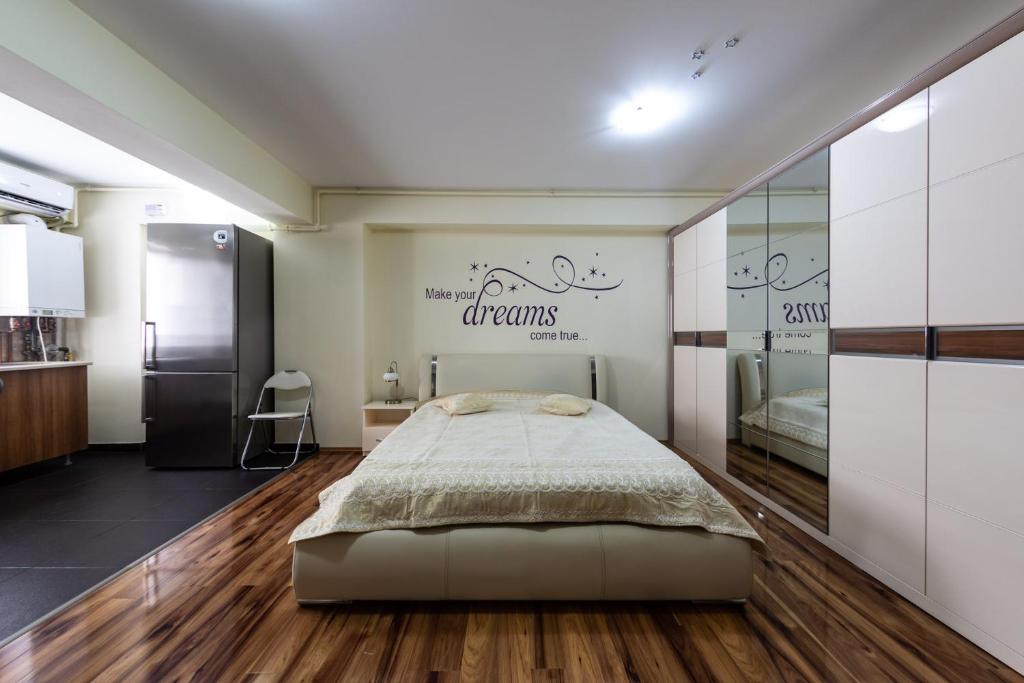A bed or beds in a room at Luxury Park Radox Apartment Airport Bucharest