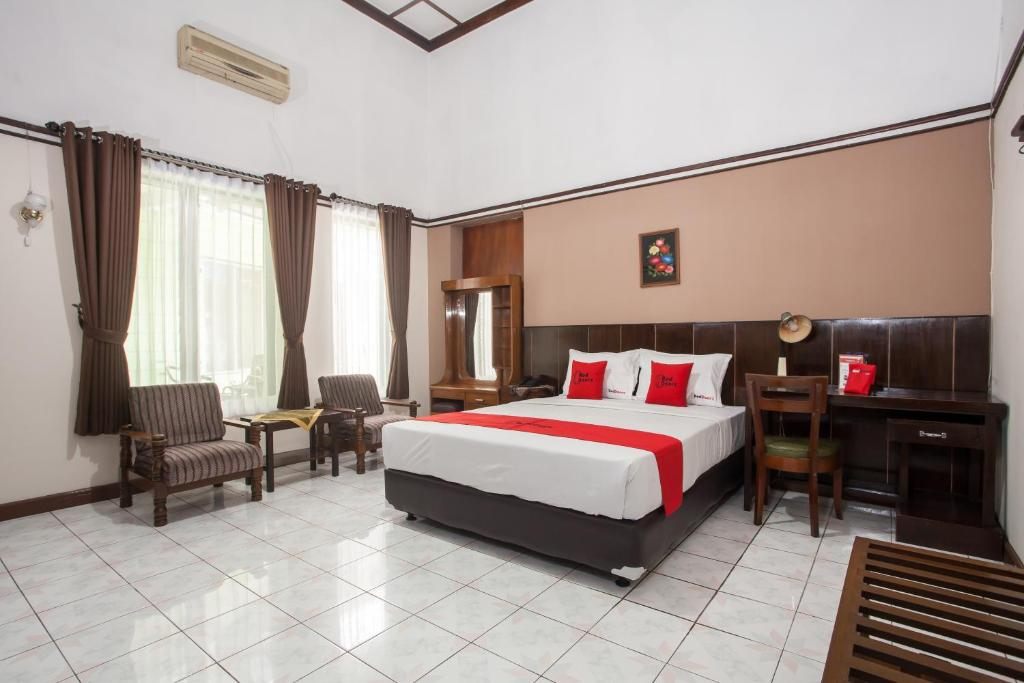 A bed or beds in a room at RedDoorz near Balai Kota Malang