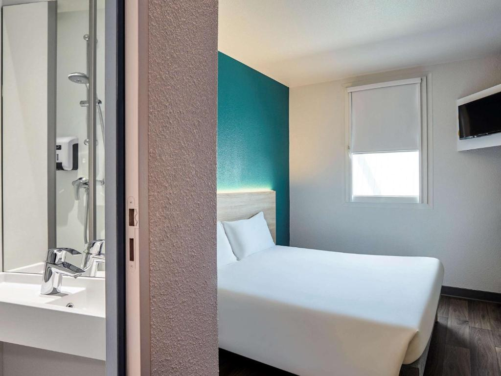 Een badkamer bij hotelF1 Lyon 8ème Etats Unis