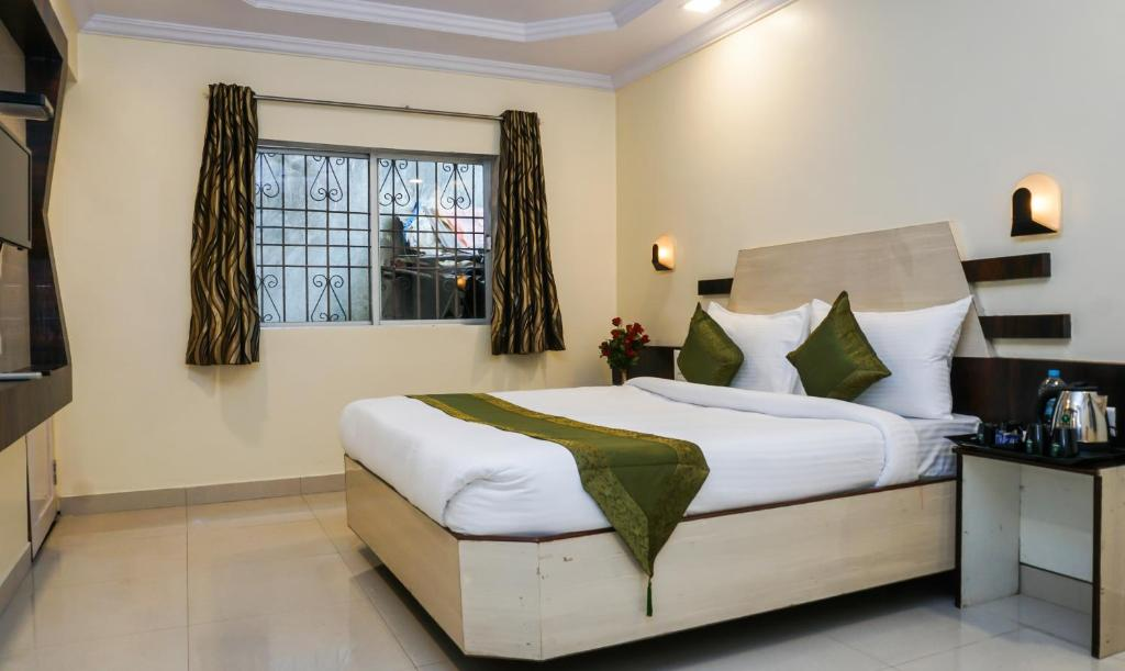 A bed or beds in a room at Treebo Trend Hillway Inn