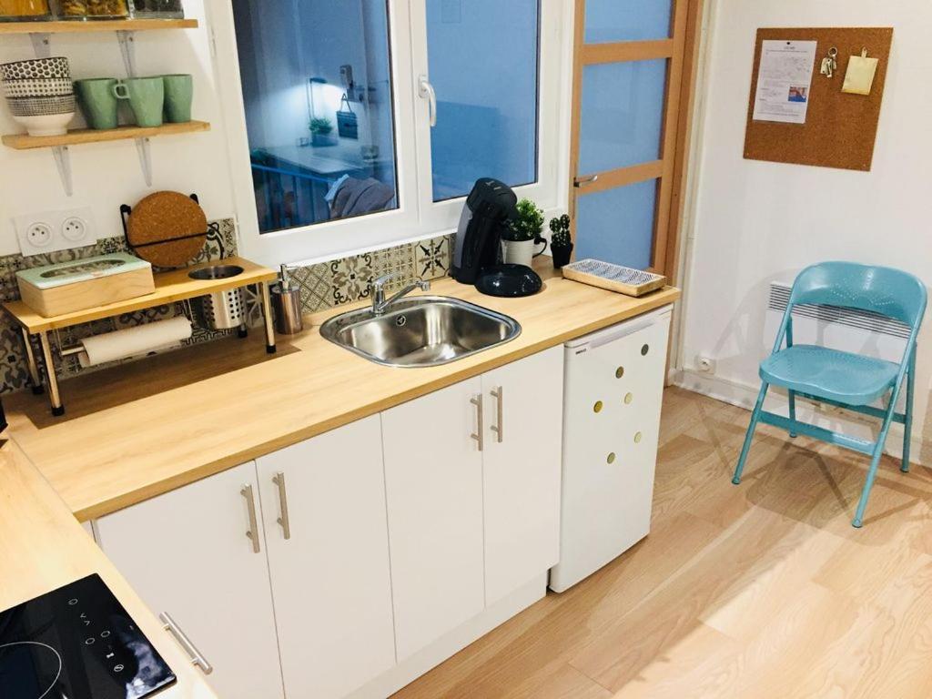 A kitchen or kitchenette at Centre Ville Bourg En Bresse