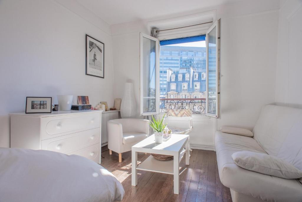 A seating area at Charming flat next to Montparnasse