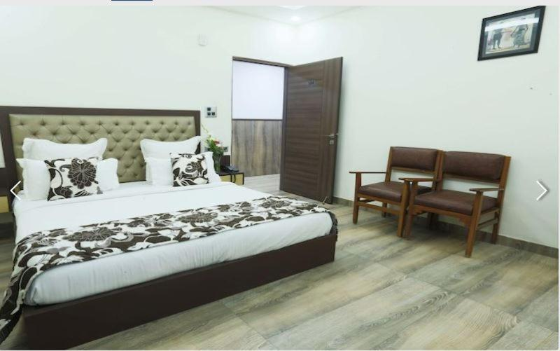 A bed or beds in a room at Aerocity Hotel Metropolitan Express