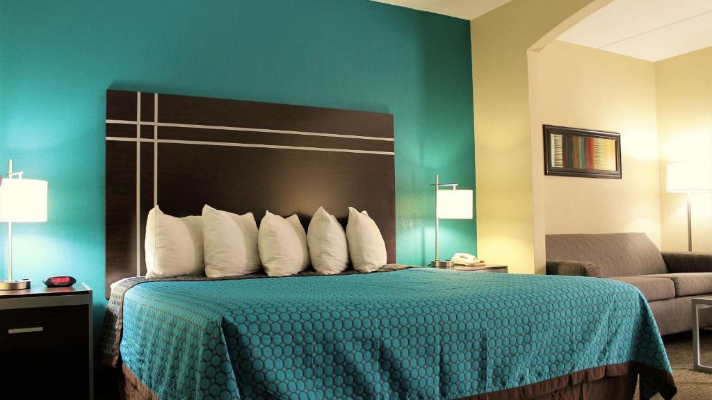 A Bed Or Beds In A Room At Best Western Inn Of Nacogdoches
