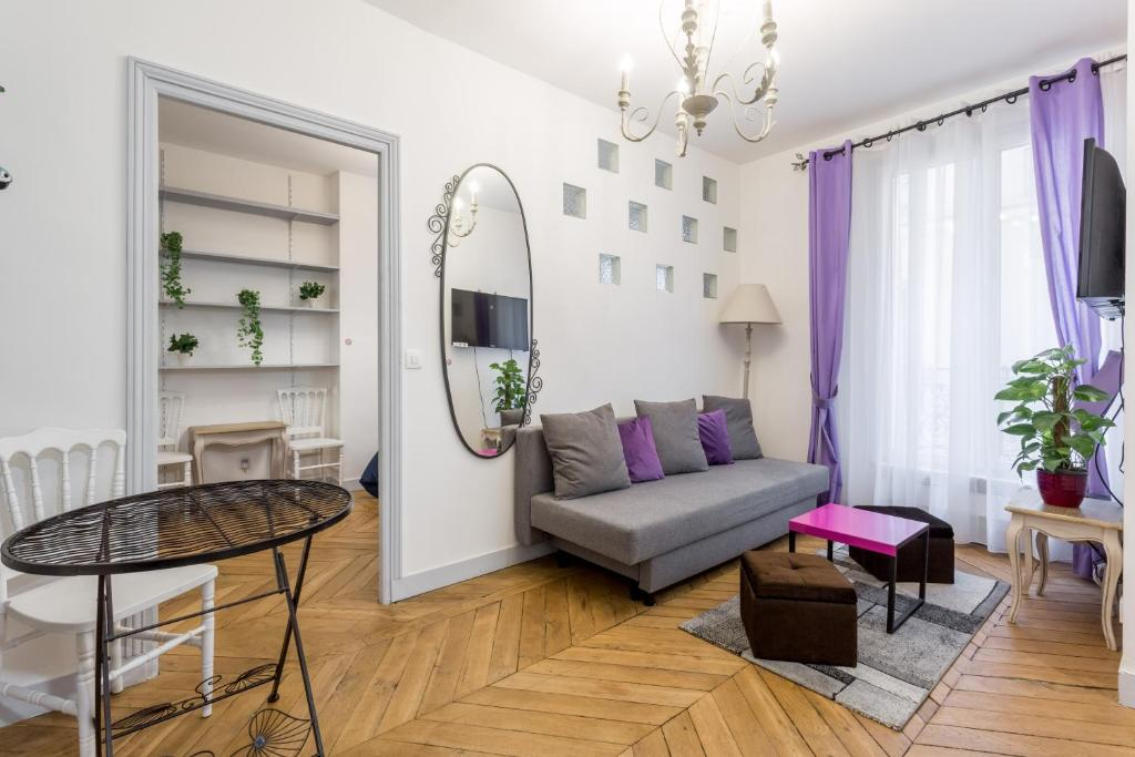 A seating area at Appartement Rodier Paris