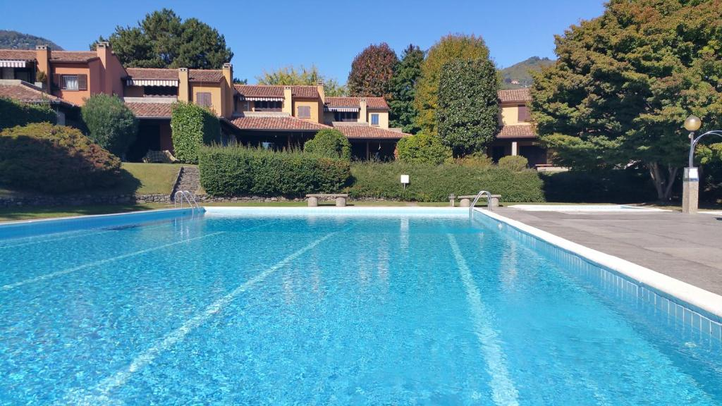 The swimming pool at or near Cuore sul lago