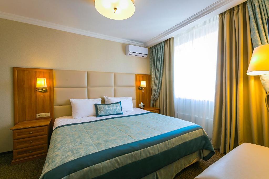 Een bed of bedden in een kamer bij Hotel Salut