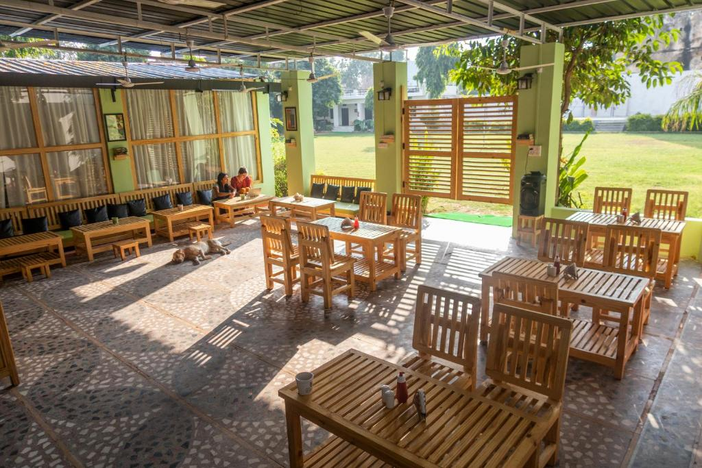 A restaurant or other place to eat at Hostelavie - Pushkar