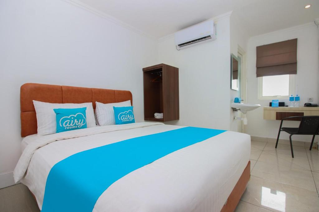 A bed or beds in a room at Airy Mapanget AA Maramis Manado