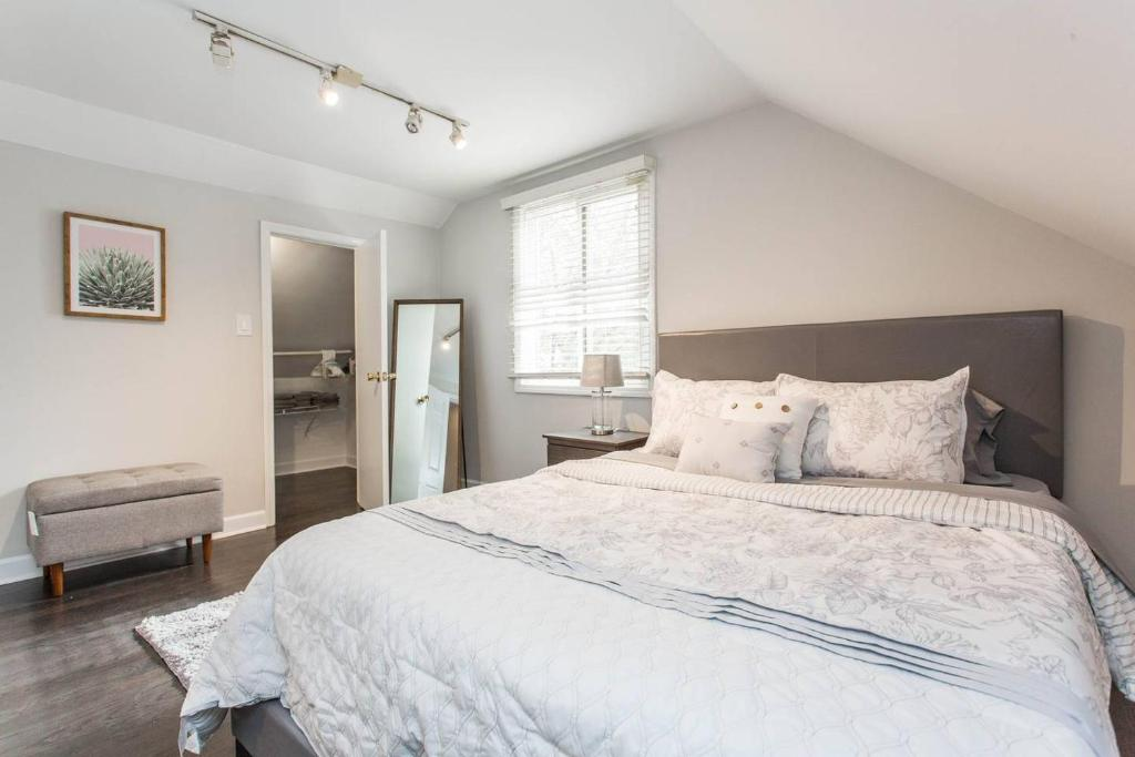 A Bed Or Beds In A Room At Unique Wrigleyville 2 Bedroom