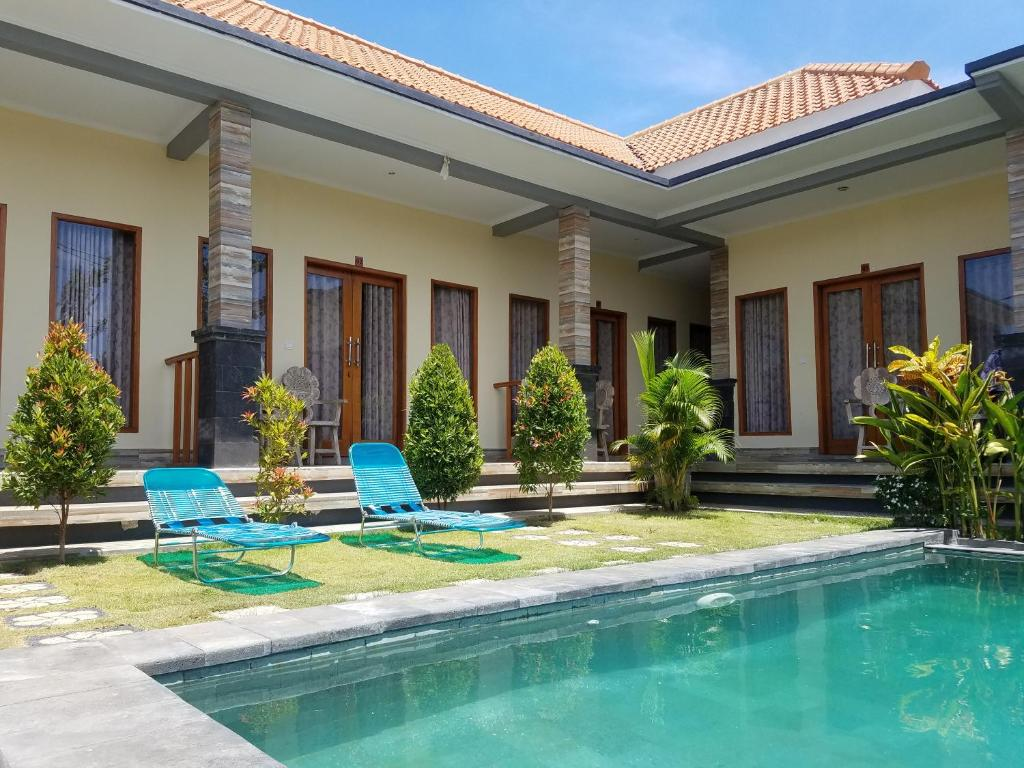 The swimming pool at or near Cantika Guest House