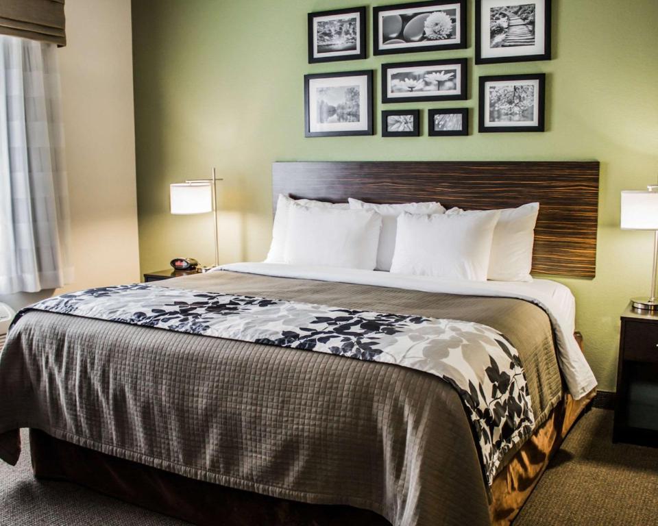 A bed or beds in a room at Sleep Inn & Suites Harrisburg -Eisenhower Boulevard