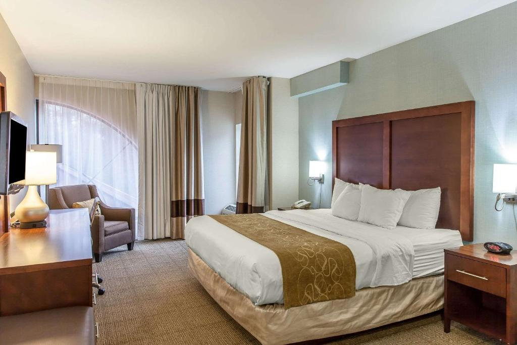 A bed or beds in a room at Comfort Suites Ocean City