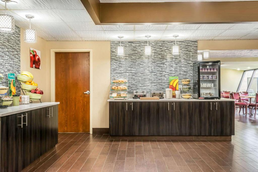 A Kitchen Or Kitchenette At Quality Inn Suites Mall Of America Msp Aiport