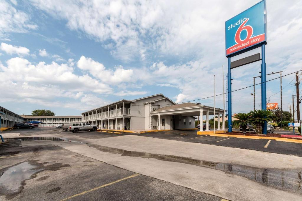 Hotel Studio 6 San Antonio Ft Sam Houston Tx Bookingcom