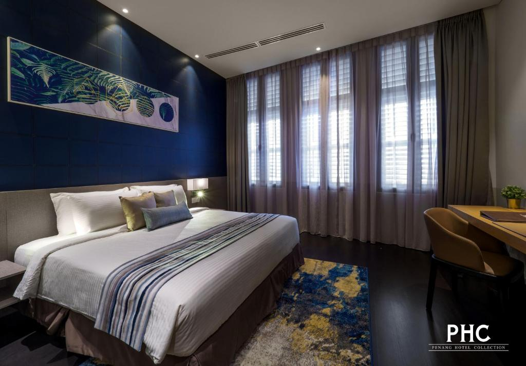 A bed or beds in a room at Ropewalk Piazza Hotel