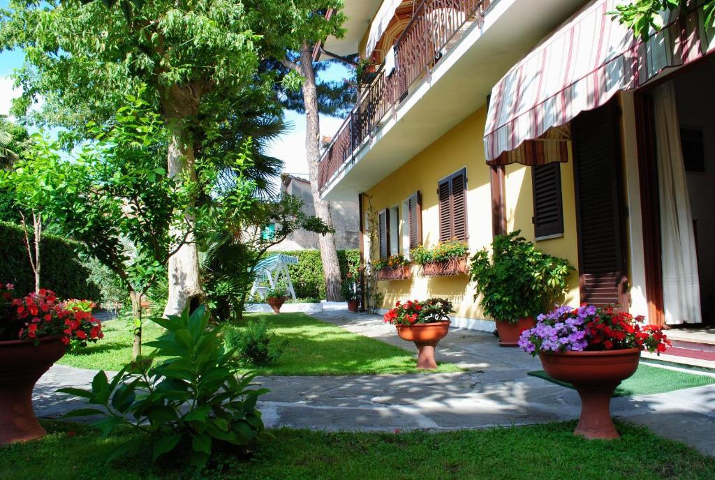 A garden outside Albergo Villa Lorena