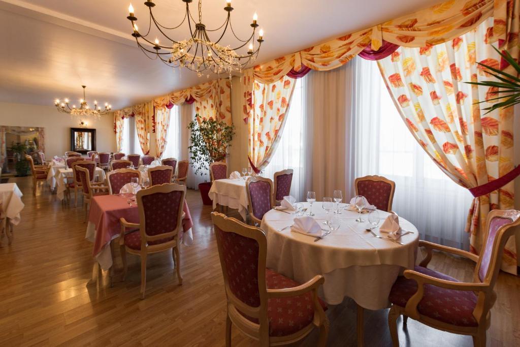 Restaurant ou autre lieu de restauration dans l'établissement Hotel de Champagne