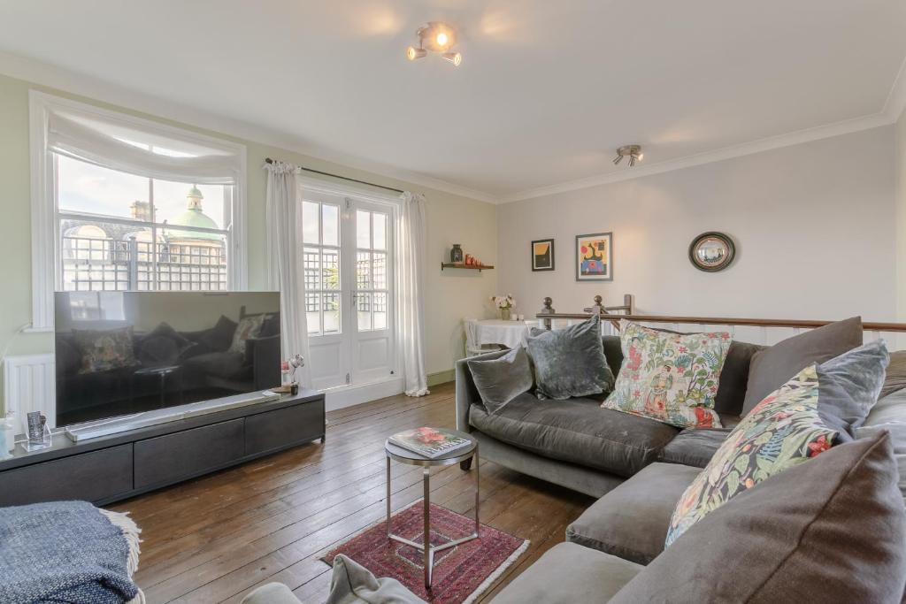 A seating area at 2 Bedroom Apartment in the Heart of Angel
