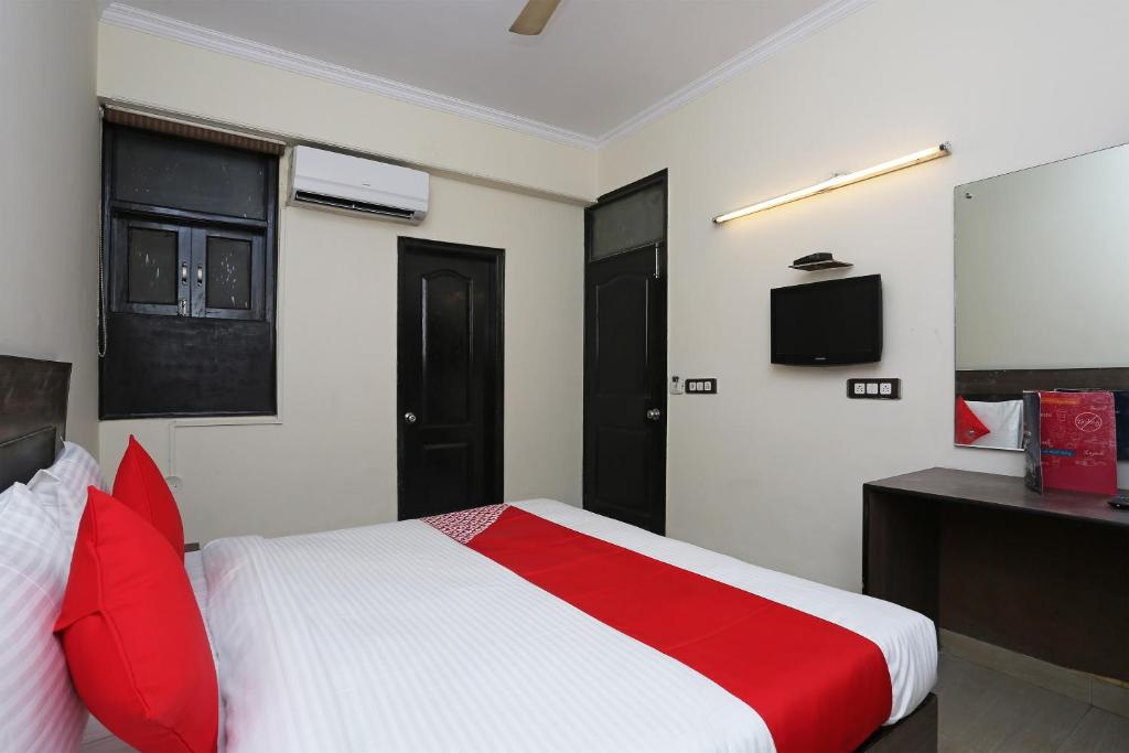 A bed or beds in a room at OYO 15784 Flagship Bus Stand