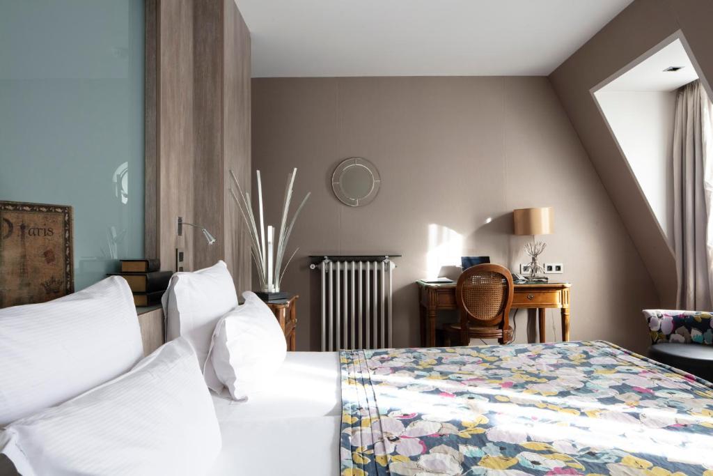 A bed or beds in a room at Hôtel Regent's Garden - Astotel