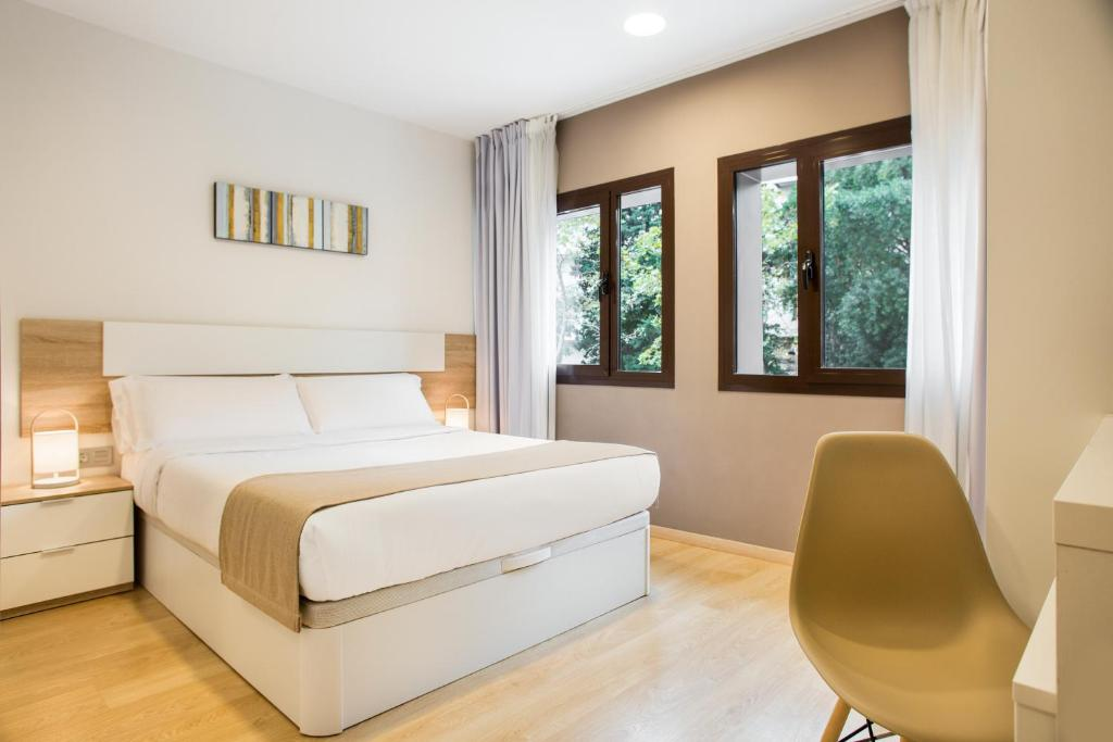 A bed or beds in a room at Ginosi Pedralbes Hotel