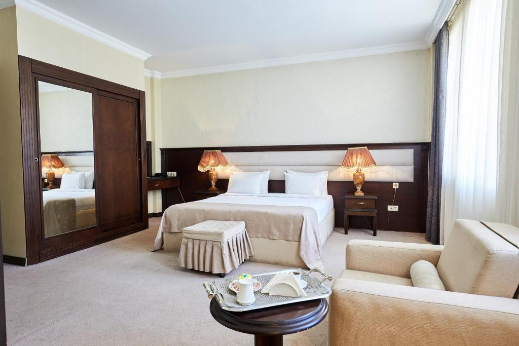 A bed or beds in a room at Smith Hotel